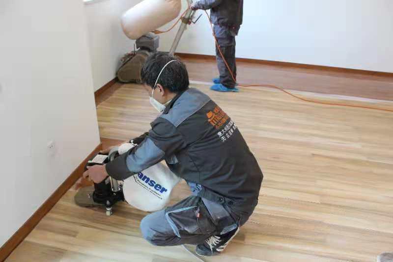 家庭木地板打磨现场