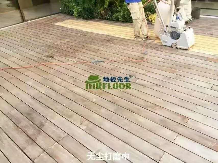 外地板打磨翻新中