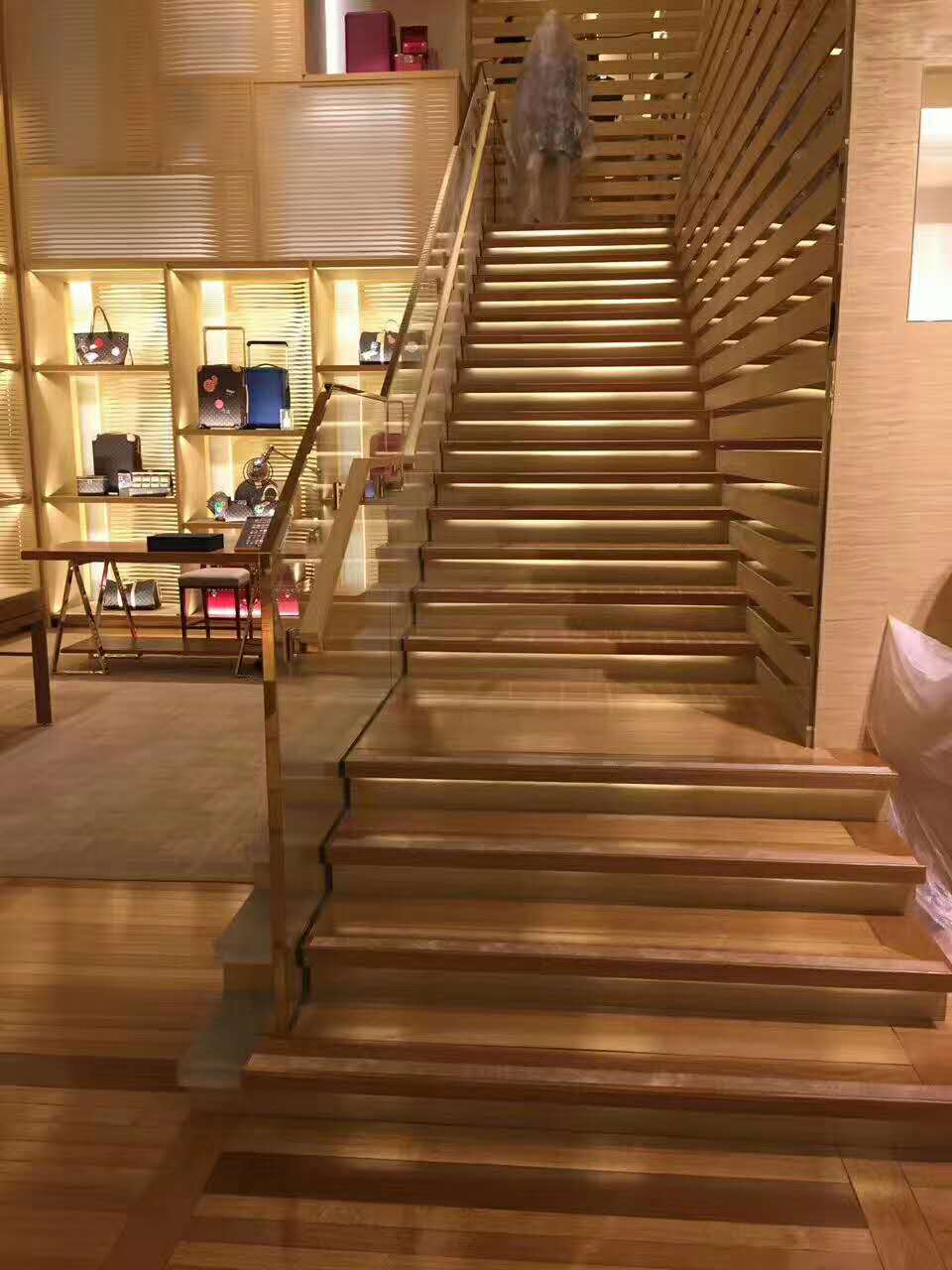 LV 店铺楼梯翻新效果