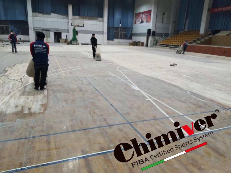 体育地板打磨翻新中